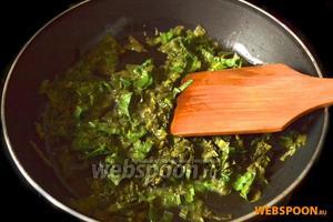 Растапливаем на сковороде сливочное масло и в нём припускаем щавель в течение 2-3 минут.