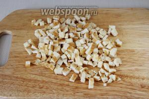 Остывший омлет порезать мелкими кубиками.