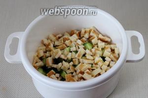 Добавить кубики омлета в салат.