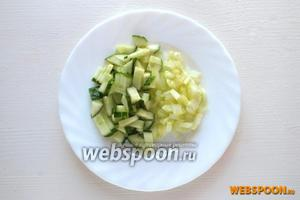 Нарежьте кусочками огурец вместе с семенами и предварительно очищенный от прожилок сельдерей.