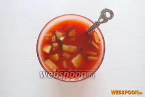 Добавьте в сангриту нарезанные овощи, перемешайте и охладите напиток в течение часа.