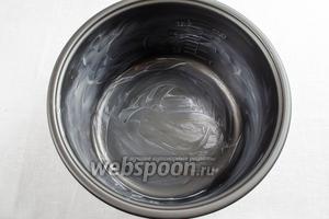 Подготовить чашу для выпечки. Внутренние стенки чаши мультиварки (у меня мультиварка Panasonic) смазать сливочным маслом.