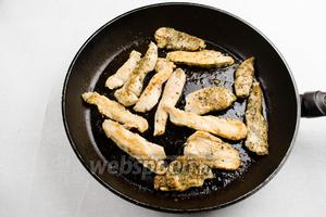 На разогретой сковороде в 50 г сливочного масла поджарить куриное мясо. Посолить.