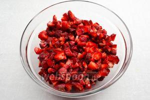 Клубнику вымыть. Просушить на бумажном полотенце. У ягод удалить чашелистики. Нарезать мелким кубиком.