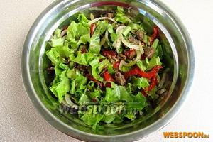 Салат заправить оставшимся оливковым маслом, взбитым с соком лимона, солью и чёрным перцем и осторожно перемешать.