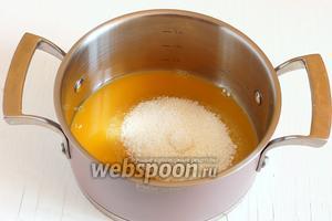 Оставшегося апельсинового сока должно быть 180 мл. Если его столько не удалось выжать — добавить воды до объёма 180 мл. Соединить апельсиновый сок и второй стакан сахара.