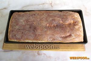 Достаём готовый хлеб из духовки и минут через 5 вынимаем из формы.