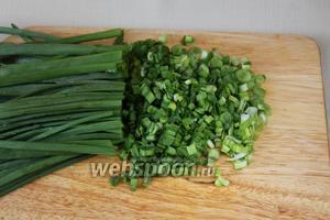 Мелко нарезать зелёный лук.