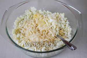 К измельчённым яйцам добавить масло и натёртый на крупной тёрке сыр.
