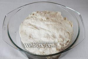 Хорошо вымесить тесто, чтобы оно стало довольно крутым и не липло к рукам.