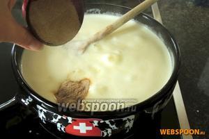 В расплавленный сыр всыпаем крахмал, у меня загуститель для соусов, проварим, всё время помешивая.
