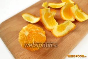 С помощью филирования (обрезки по форме фрукта) удаляем с апельсина кожуру вместе с белой прослойкой.