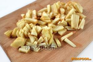 Очищенное от кожуры яблоко нарезаем соломкой.
