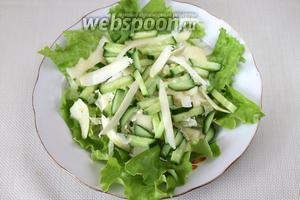 Сыр тоже настрогать по краю, распределив стружку по поверхности салата.