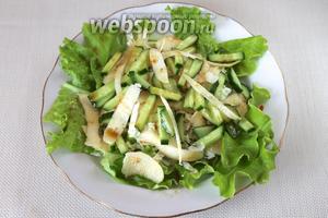 Заправить салат перед самой подачей, сухарики можно подать отдельно.