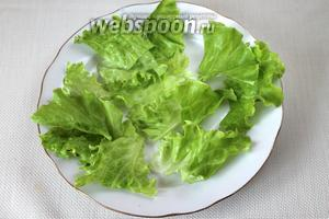 Уложить порезанный салат на широкую тарелку.