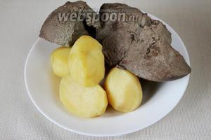 Слегка остудить печень и картофель.