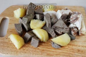 Нарезать картофель, печень и сало крупными кусками для измельчения в кухонном комбайне. У меня вышло 2 закладки.