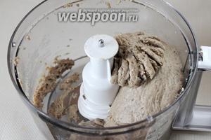 Заложить подготовленные продукты в чашу измельчителя и хорошо провернуть, чтобы масса стала однообразной консистенции, взбитой и эластичной.