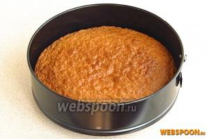 Форму поставить в духовку, разогретую до температуры 180°С, и выпекать около 30–40 минут (до сухой спички).