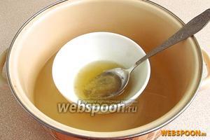 Ёмкость с желатином поставить на водяную баню и распустить его, не допуская кипения.