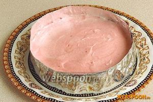 На подготовленный пласт с ободком из фольги выложить крем и разровнять. Заготовку поместить в холодильник на 3 часа для застывания крема-суфле.