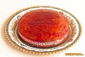 Бока и верх торта обмазать джемом.