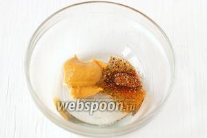 Для глазури соединить горчицу (1.5 ч. л.), соль (1 ч. л.), подсолнечное масло (3 ст. л.) и приправу для курицы (3 щепотки).