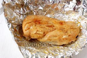 Готовая куриная грудка. Она выходит с аппетитной горчичной корочкой и чесночным ароматом.