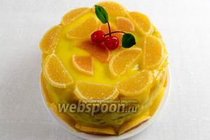 Готовый торт украсить мармеладными дольками. Поставить в холодильник для застывания крема на 1-2 часа. Хорошо оставить на ночь.