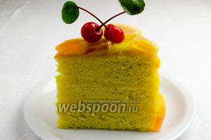 Готовый торт нарезать острым ножом на части и подавать к чаю на десерт.