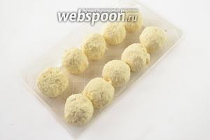 Скатаем шарики размером с крупный грецкий орех, поставим в морозилку для застывания на время до 30 минут.