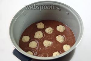 Чашу мультиварки (у меня мультиварка Polaris) смазываем маслом, выливаем в неё тесто и распределяем творожные шарики, утапливая их в тесто.