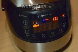 Объём теста получился значительным, поэтому я поставила режим «Выпечка» на 1,5 часа. Пироги в мультиварке не имеют верхней румяной корочки, она  запекается, но остается светлой. Можно перевернуть манник и зарумянить в течение 10 минут в программе Мультиповар, температура 120 градусов.