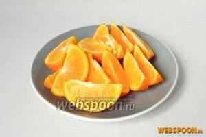Апельсин обдаём кипятком и режем на дольки.