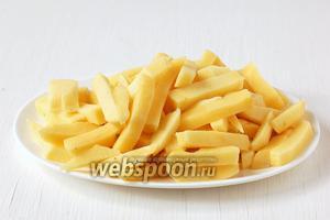 Картофель почистить и порезать брусочками.