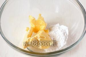 Соединить масло и сахарную пудру. Взбить с помощью миксера в пышную массу.