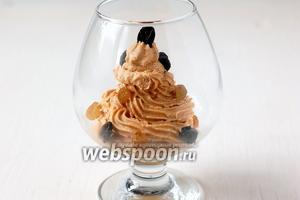 Разложить десерт порционно в креманки или бокалы. Посыпать промытым и обсушенным изюмом.