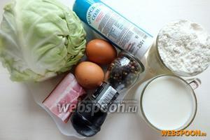 Подготовьте основные ингредиенты: молодую капусту, кефир жирностью 2,5%, муку, специи, яйца, бекон.