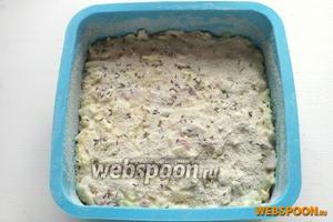 Посыпьте поверхность пирога тмином и панировочными сухарями.