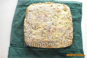 Достаньте готовый пирог из формы. Остудите на полотенце и подавайте!