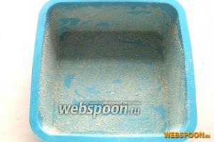 Посыпьте дно и бортики формы панировочными сухарями.