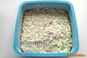 Выложите в форму тесто, аккуратно разровняйте поверхность.