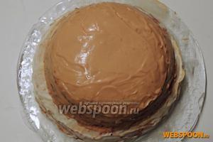Распределяем на каждый блин карамельный крем. Так же обмазываем бока торта.