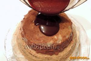 Вторая половина шоколадного крема как раз остынет.  Глазируем торт. Дадим крему вольно растечься, немного наклоняя торт в стороны. Убираем торт как минимум на 6 часов в холодильник.