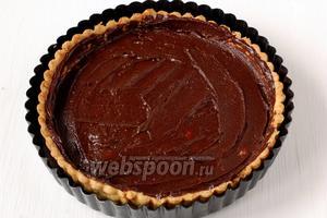 Распределить шоколадную массу по дну и стенкам корзинки.