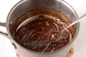 60 граммов шоколада растопить с 1 столовой ложкой сметаны.