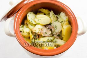 Аккуратно вынуть чашу из мультиварки. Картофель с грибами переложить в керамическую посуду. Накрыть крышкой. Подавать к обеду горячим.