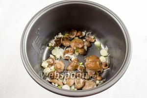На дно чаши выложить отваренные грибы и нарезанный лук.