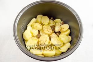 Сверху выложить нарезанный картофель. Посолить. Поперчить по вкусу.